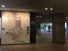 ①初台駅 東口を出て、オペラシティ方面にお向かいください。