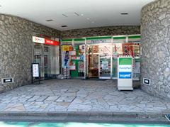 ①参宮橋駅を出るとファミリーマートがあります。左手方面にお進みください。