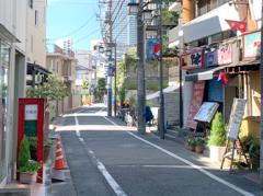 ④少し進むと、正面に東京オペラシティタワーが望めます。このタワーの7Fにございます。